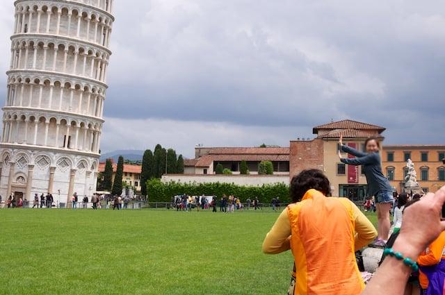 Les touristes et la Tour de Pise en Italie