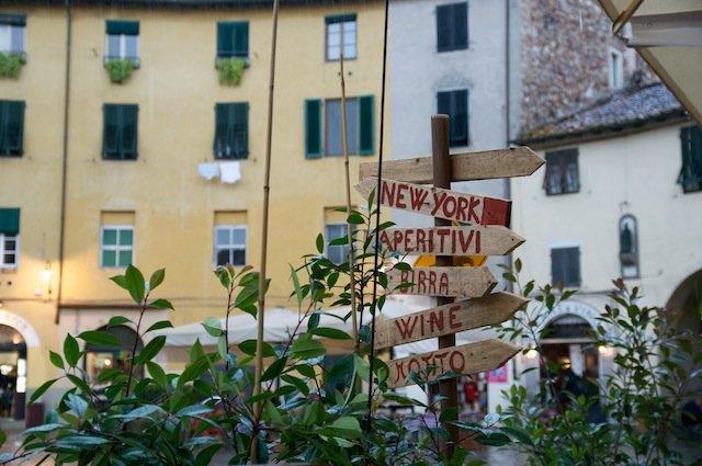 Café place de l'amphithéâtre à Lucques en Italie