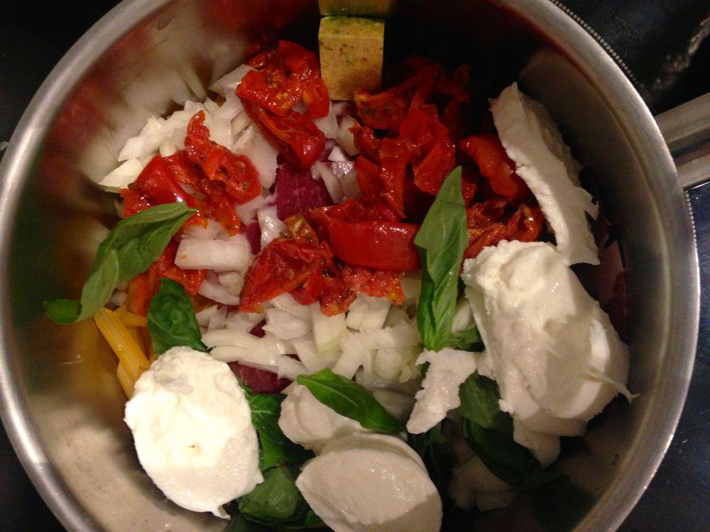 Pâtes sans gluten à la pancetta, tomates séchées et mozza