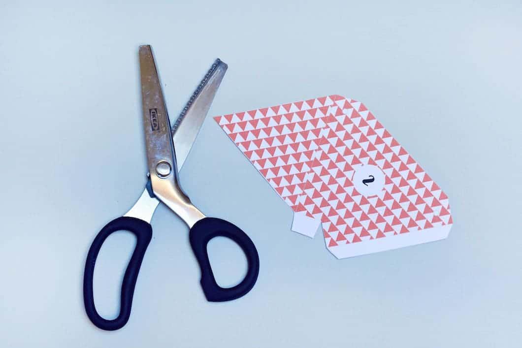 """DIY : découper le calendrier de l'Avent """"fanions"""" avec des ciseaux cranteurs - 22 v'la Scarlett"""