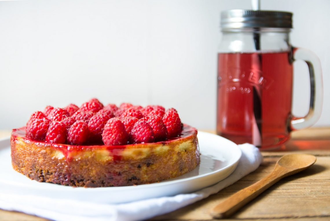 Cheesecake sans gluten et sans lait de vache avec un biscuit au chocolat, une crème à l'amande et des framboises - 22 v'la Scarlett